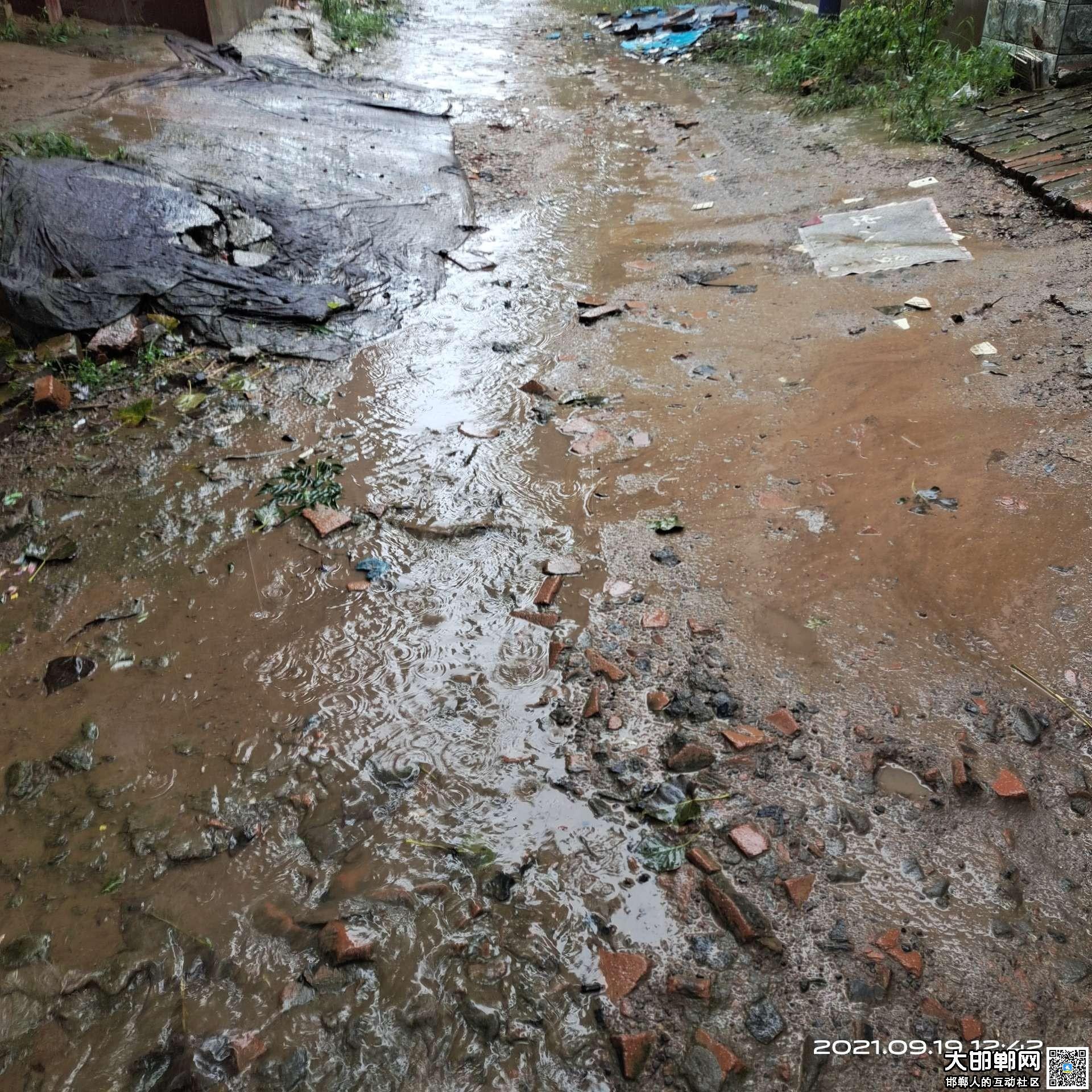 """魏县牛领超市后面的路雨天就""""泥""""流成河难以通行"""