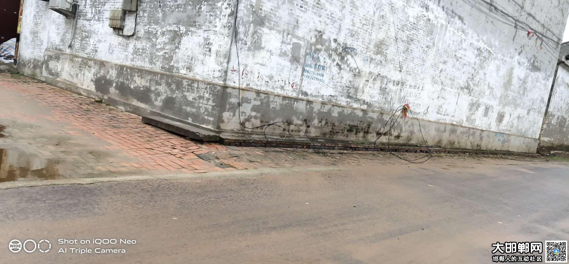 魏县集村大街不知道掉落了一根什么线在地上,太危险了!